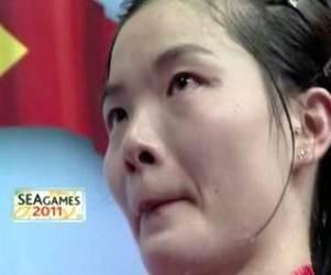 Pebulutangkis Singapura tampak berkaca-kaca saat lagu kebangsaannya disoraki suporter Indonesia