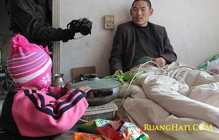 Balita 3 tahun Telaten Merawat Ayahnya Yang Lumpuh