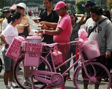 Kisah Sriyono, Mantan Miliarder yang Kini Jadi Pria Pink Penjual Siomay Keliling
