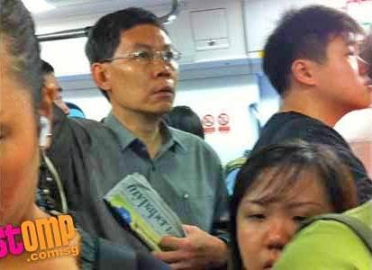 Di Singapura, Menteri Pun Ikut Berdesakan di Kereta