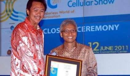 Hengky Setiawan, President dan CEO Telesindo (kiri) menerima penghargaan atas dedikasinya pada industri seluler tanah air (Lifetime Achievement) dari Agung Adiprasetyo, CEO Kompas Gramedia Group (kanan) pada ajang ICA 2011